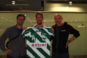Markus Anderberg wird am Flughafen begrüßt.